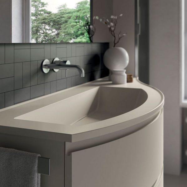 Muebles de baño curvos con encimeras de redondeadas de Mineralsolid, brillantes y opacas como las partes frontales.